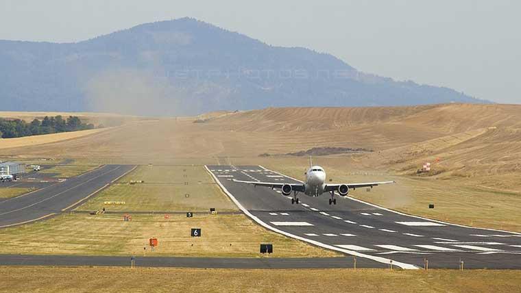 Airplane-landing-PUW