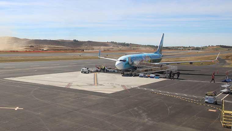 PUW-runway-with-plane