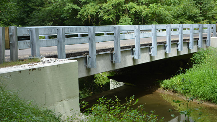 Sideview of bridge with railing